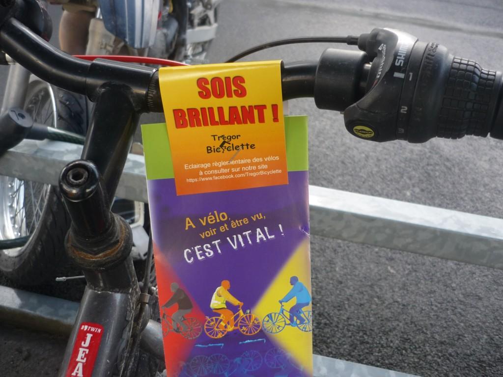 Un vélo du lycée équipé de son prospectus ; son propriétaire sera enfin bien informé !...