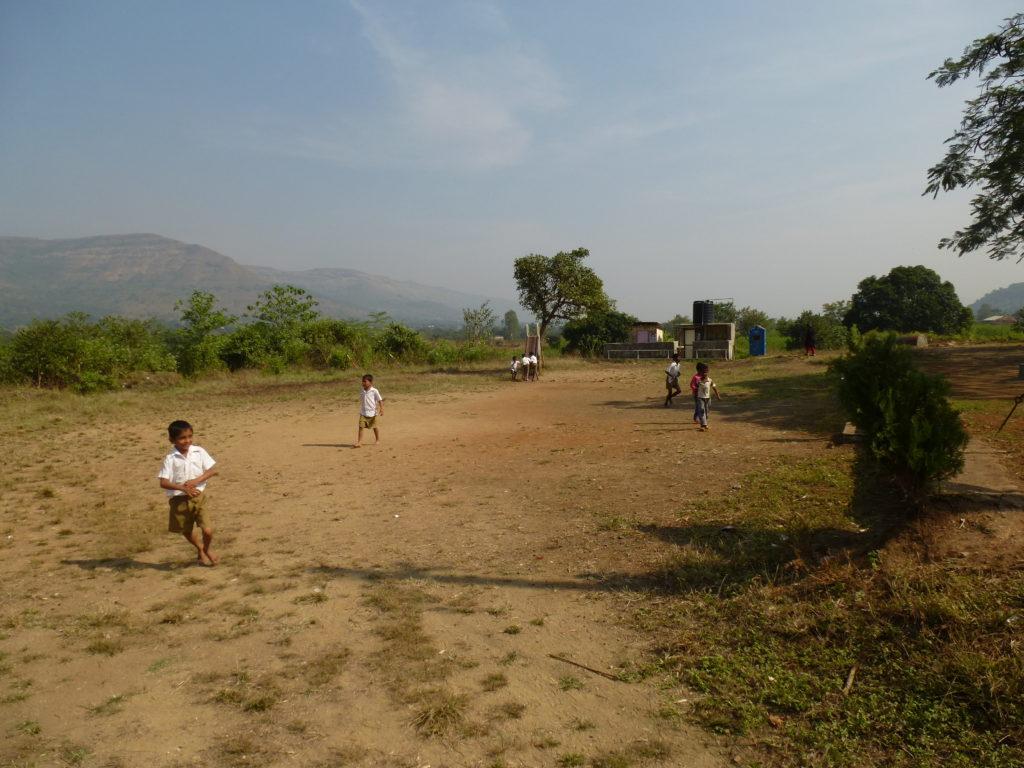 la cour de l'école avec les toilettes (au fond)
