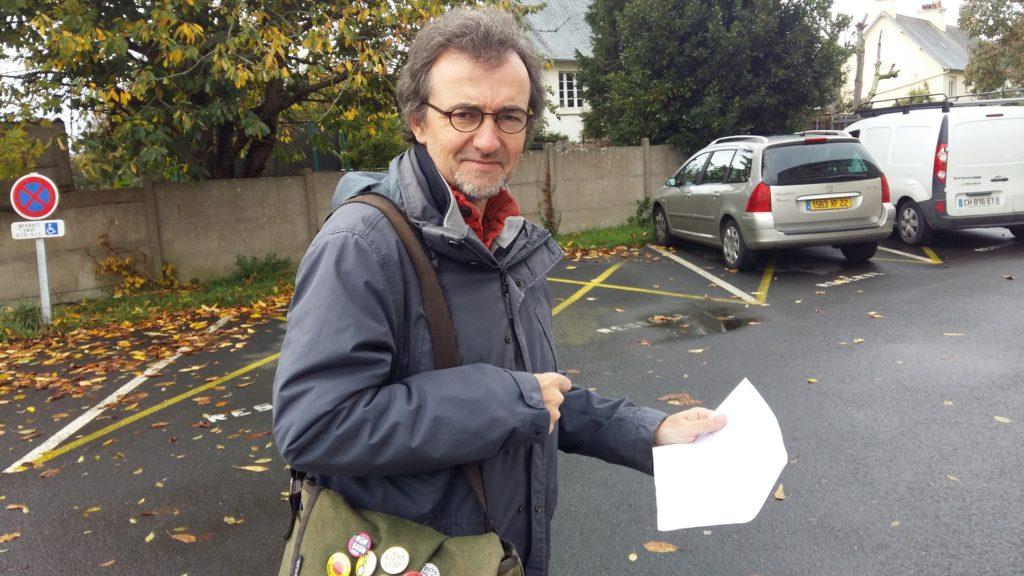 Plan en main, Guillaume LEROUX de Trégor-Bicyclette, recherche l'endroit idéal !...
